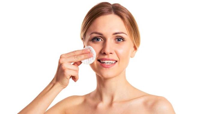Chăm sóc da mụn nên sử dụng toner không cồn