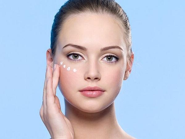 Kem dưỡng mắt rất cần thiết để giữ độ ẩm cho da vùng mắt