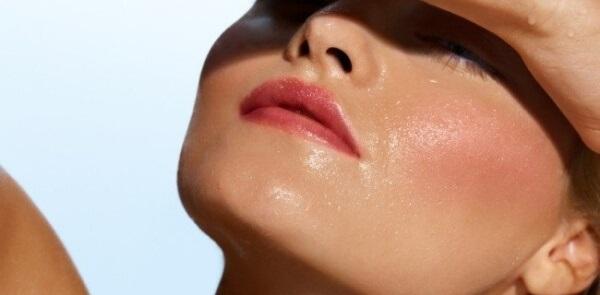 Xịt khoáng vào bất kỳ lúc nào bạn cảm thấy da khô, bỏng rát.