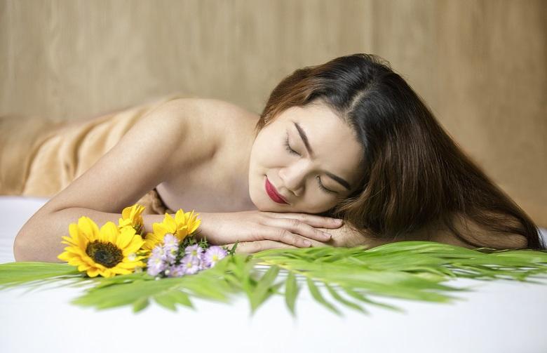 Cách trị mụn lưng hiệu quả là lấy nhân mụn tại spa
