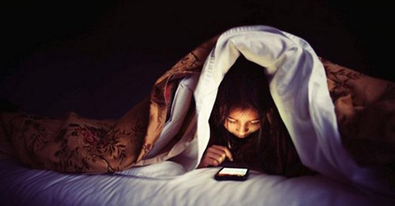 Nguyên nhân gây mụn tuổi dậy thì - Thức khuya