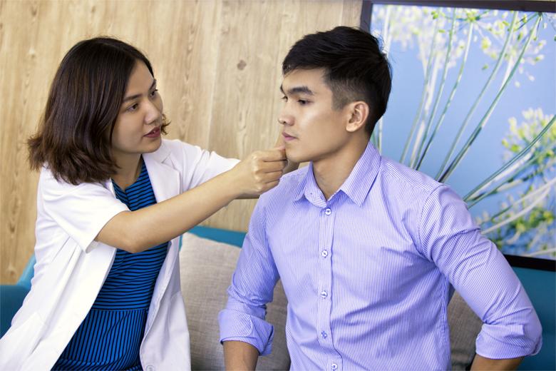 Trị mụn tại spa được thăm khám và tư vấn phác đồ điều trị phù hợp
